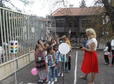 Малките първокласници прекрачиха училищния праг - Изображение 4