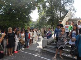 Под арката от свеж здравец ще преминат първокласниците на път към своята първа класна стая. - ОУ Гео Милев - Пловдив