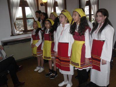 Вокалната група на училището, с творчески ръководител г-жа Манчева, поздрави гостите с две български народни песни. - ОУ Гео Милев - Пловдив